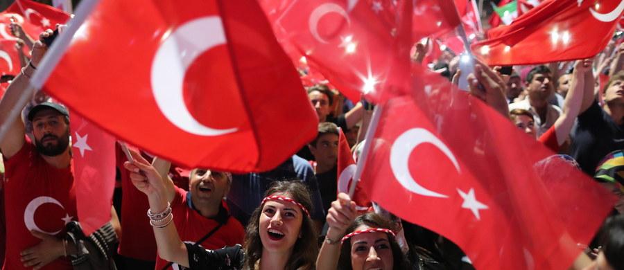 Osoby podejrzewane o udział w nieudanym puczu z 15 lipca w Turcji będą mogły być przetrzymywane w areszcie maksymalnie przez 30 dni od momentu zatrzymania - wynika z dekretu, który opublikowano w Dzienniku Ustaw.
