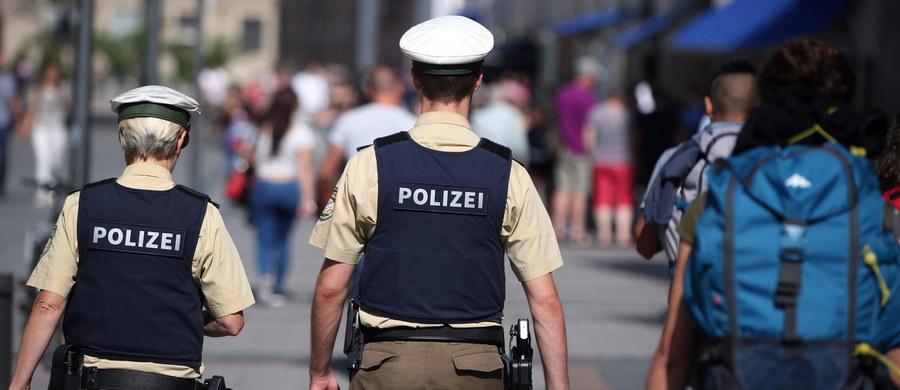 Szef policji w Monachium Hubertus Andra powiedział w sobotę, że przeszukanie mieszkania sprawcy strzelaniny nie dostarczyło przesłanek wskazujących na jego ewentualne kontakty z Państwem Islamskim. Sprawca interesował się natomiast atakami szaleńców.