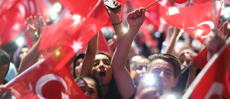 """Premier Włoch Matteo Renzi ocenił, że środki zastosowane przez turecki rząd po próbie zamachu stanu i masowe aresztowania sprawiły, iż """"Turcja zamknęła swą przyszłość w więzieniu""""."""