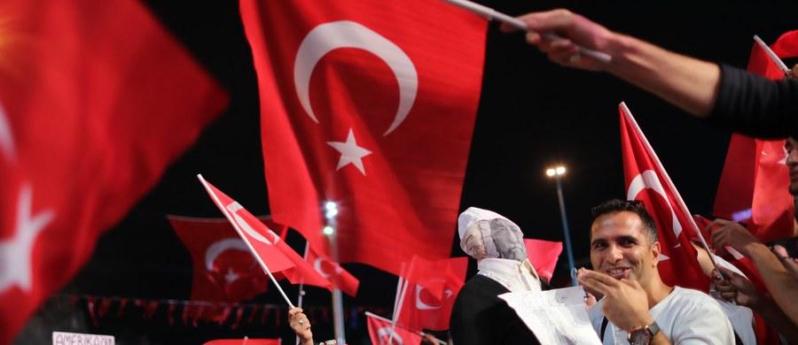 Policja turecka aresztowała bratanka zamieszkałego w USA muzułmańskiego kaznodziei Fethullaha Gulena, oskarżanego przez władze Turcji o to, że stał za próbą niedawnego zamachu stanu w tym kraju. Muhammeda Saita Gulena zatrzymano w Erzurum.