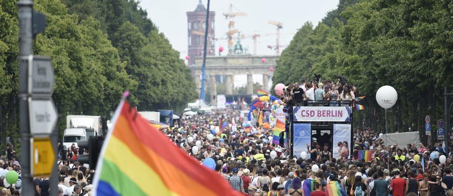 Setki tysięcy osób niezrażonych tragicznymi wydarzeniami w Monachium uczestniczyło w pochodzie na rzecz praw homoseksualistów, zorganizowanym w sobotę w Berlinie z okazji Christopher Street Day (CSD). Parada przebiegła w dobrej atmosferze, bez zakłóceń. Poprzebierani w wyszukane kostiumy demonstranci przeszli przez centrum Berlina z bulwaru Kurfuerstendamm w zachodniej części miasta pod Bramę Brandenburską, gdzie odbył się wiec.