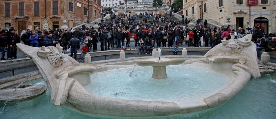 Grzywną w wysokości 450 euro został ukarany amerykański turysta, który wszedł w niedzielę po południu do niedawno odrestaurowanej fontanny na Placu Hiszpańskim w Rzymie. Jego wybrykowi przyglądały się tłumy ludzi.