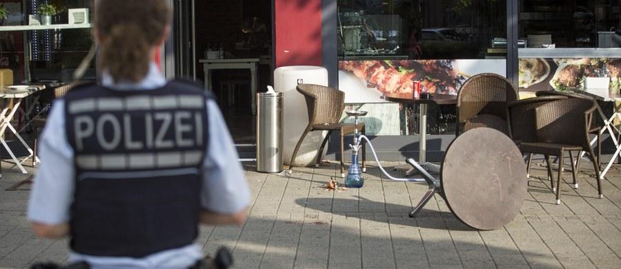 Syryjczyk uzbrojony w maczetę zabił kobietę i ranił dwóch innych ludzi na Listplatz w mieście Reutlingen (około 20 kilometrów od Stuttgartu) w Badenii-Wirtembergii. W niedzielę późnym wieczorem polski resort spraw zagranicznych podał potwierdzoną przez policję informację, że ofiarą ataku jest Polka.