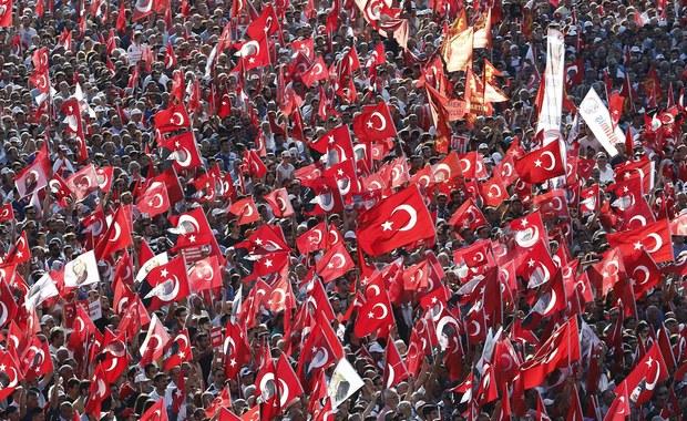 """""""Ani zamachu stanu, ani dyktatury!"""" - pod tym hasłem setki tysięcy ludzi protestowały w niedzielę na słynnym placu Taksim w europejskiej części Stambułu. Demonstrację zorganizowano przeciwko zamachowi stanu z 15 lipca i odchodzeniu przez władze od republikańskich tradycji Turcji."""
