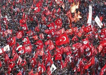 """""""Ani zamachu stanu, ani dyktatury!"""" Po zamachu stanu setki tysięcy ludzi demonstrowały w Stambule"""