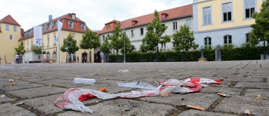 27-zamachowiec z Syrii, który w niedzielę wieczorem zdetonował bombę w restauracji w Ansbach, złożył przysięgę na wierność Państwu Islamskiemu. Informację przekazał szef MSW Bawarii Joachim Herrmann na konferencji prasowej. Minister powiedział, że film wideo po arabsku takiej treści znaleziono w telefonie komórkowym Syryjczyka.