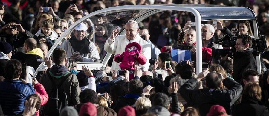 Największym wyzwaniem w ochronie papieża jest duża liczba pielgrzymów i ich emocje. Gdy Ojciec Święty podchodzi do ludzi, normą są pourywane guziki przy ubraniach jego ochrony. Najgorsze są chwile, gdy pielgrzymi próbują chwytać za papieskie szaty - mówi w rozmowie z Polską Agencją Prasową były szef BOR gen. bryg. Mirosław Gawor.
