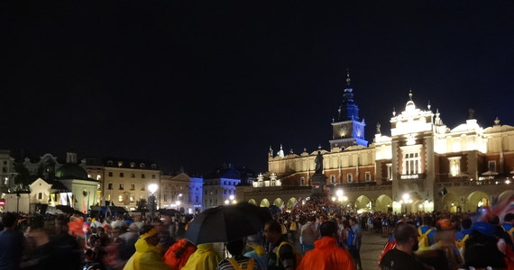 W Krakowie i okolicach można w tych dniach zobaczyć to, o czym w tych szalonych czasach zdołaliśmy już nieco zapomnieć, że religia potrafi łączyć ludzi. Inaczej niż widzą to niechętni Kościołowi moralizatorzy, nie służy temu, by skłócać, ograniczać prawa i dyskryminować, służy temu, by łączyć, dawać nadzieję i skłaniać do zaufania. W pierwszych dniach Światowych Dni Młodzieży, jeszcze przed przyjazdem papieża wyraźnie było widać, że chrześcijaństwo jest taką religią.