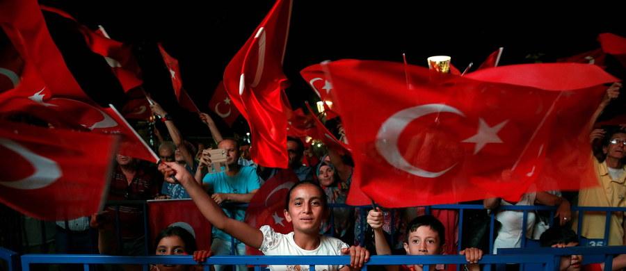 """""""Władze Turcji planowały dużą wymianę kadr w wojsku, by usunąć z niego zwolenników islamskiego kaznodziei Fethullaha Gulena, co wywołało zamach stanu"""" - powiedział minister energii Berat Albayrak, który jest zięciem prezydenta Recepa Tayyipa Erdogana."""