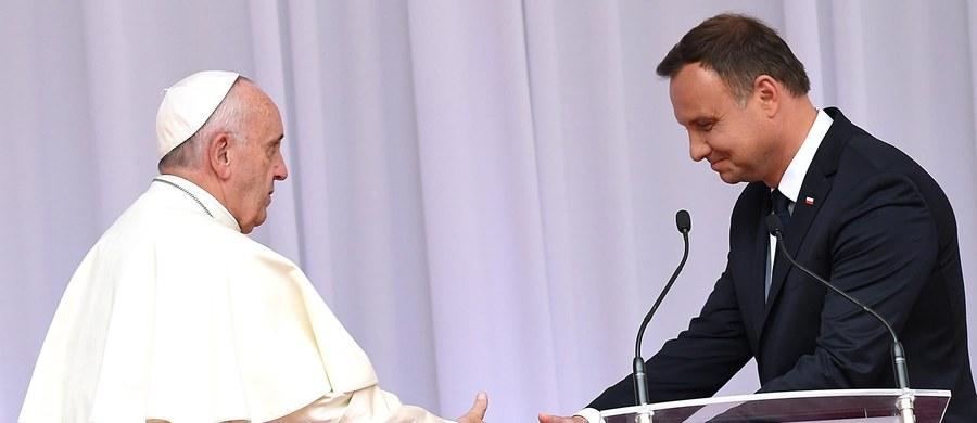 """""""Świat potrzebuje dzisiaj wartości, wiary i dobra, tego wszystkiego, co Wasza Świątobliwość ze sobą niesie"""" - powiedział prezydent Andrzej Duda, witając papieża Franciszka. Jak mówił, patrząc na obecny świat, chciałoby się znów wołać: """"Niech zstąpi Duch Twój i odnowi oblicze ziemi""""."""