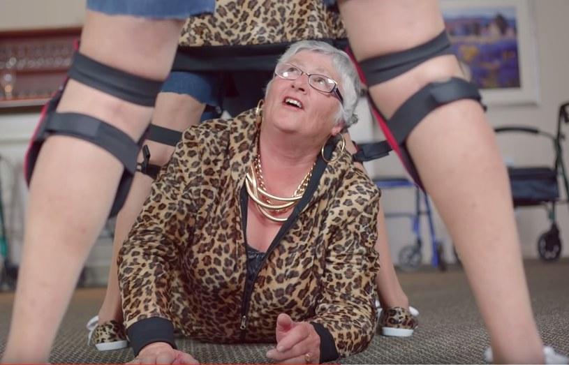 """50-osobowa grupa seniorów z domu starców w Nowej Zelandii oraz towarzyszący im wnuczkowie spędzili tydzień nad nagraniem własnej wersji teledysku """"Shake It Off"""" z repertuaru amerykańskiej gwiazdy Taylor Swift. Klip cieszy się coraz większą popularnością."""