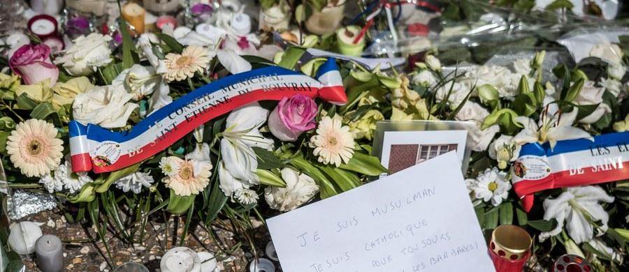 """Agencja Amak opublikowała wideo, w którym zabójca 86-letniego księdza w Normandii, Abdel Malik Nabil Petitjean apeluje do muzułmanów, by dokonywali masowych mordów """"używając noży i innych narzędzi"""". """"Czasy się zmieniły"""" – zwrócił się do Europejczyków mężczyzna. """"Teraz wy będziecie cierpieć. Tak samo, jak cierpią nasi bracia i siostry"""" – dodał. Autentyczność filmu nie została potwierdzona."""