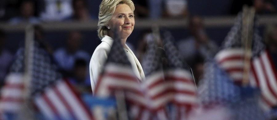 """""""Akceptuję tę nominację z determinacją i bezgraniczną wiarą w amerykańską obietnicę przyszłości"""" - po tych słowach w hali Wells Fargo wybuchła euforia, a ludzie skandowali HILLARY, HILLARY, HILLARY. Była Sekretarz Stanu USA jest już oficjalną kandydatką Partii Demokratycznej w jesiennych wyborach. I jako pierwsza kobieta w historii USA ma szansę zostać prezydentem Stanów  Zjednoczonych. 8 listopada zmierzy się z Donaldem Trumpem. W czasie przemówienia podkreślała, że jest bardziej odpowiedzialną osobą niż jej konkurent."""