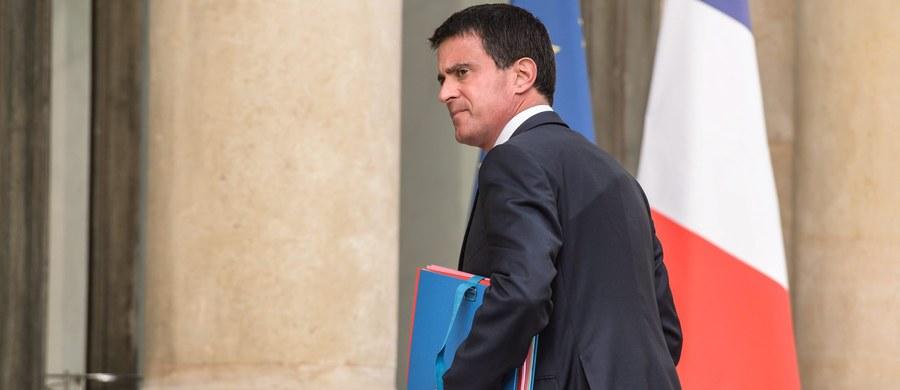 """Premier Francji - Manuel Valls - przyznał w piątek w wywiadzie dla dziennika """"Le Monde"""", że decyzja sądu o wypuszczeniu na wolność jednego z dżihadystów, który później zabił księdza w Normandii, była błędem. Potrzeba """"nowej relacji z islamem we Francji"""" - dodał. Jeden ze sprawców dżihadystycznego ataku na księdza w Saint-Etienne-du-Rouvray, Adel Kermiche, przebywał przez jakiś czas w areszcie. Ciążyły na nim zarzuty związane z dwukrotną próbą przedostania się do Syrii."""