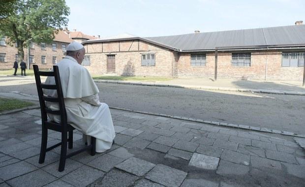 """B. obóz Auschwitz jest symbolem Holokaustu i męczeństwa narodów. O pokój i pojednanie modlili się tu Jan Paweł II i Benedykt XVI. Nigdy więcej wojny - wzywał Jan Paweł II, nazywając Auschwitz """"Golgotą naszych czasów"""". 27 lat później o łaskę i przebaczenie ludzi, którzy tu cierpieli, prosił Benedykt XVI. Dziś były niemiecki obóz odwiedził papież Franciszek. """"Chciałbym pojechać do Auschwitz, do tego miejsca grozy bez przemówień, bez wielu osób, tylko z tymi nielicznymi niezbędnymi"""" - powiedział Franciszek w czasie jednej z czerwcowych konferencji prasowych. Dodał: """"Sam, (chcę) wejść i modlić się, aby Pan dał mi łaskę płaczu""""."""