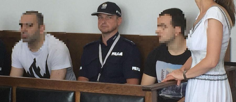 Przed sądem w Gdyni ruszył proces dwóch obywateli Holandii, którzy wiosną zostali zatrzymani po próbie nielegalnego kupienia pistoletu Glock i karabinu Kałasznikowa w jednym ze sklepów w Gdyni. Muratowi O. oraz Arslanowi O.  grozi do 8 lat więzienia.