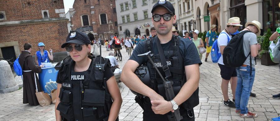 Uzbrojony szef ochrony prezydenta Panamy Juana Carlosa Vareli Rodrigueza zatrzymany przez policję w Krakowie. Mężczyznę zwolniono po potwierdzeniu przez ambasadę jego tożsamości. Okazało się, że czuwał nad bezpieczeństwem panamskiego przywódcy, który przyjechał do Krakowa na Światowe Dni Młodzieży.