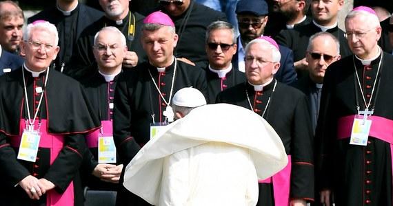 """""""To był krzyk milczenia. Silniejszy niż wszystko inne"""" - tak milczenie papieża Franciszka podczas pobytu w Auschwitz-Birkenau komentują dawni więźniowie nazistowskiego obozu zagłady. Papież odwiedził Auschwitz w czwartym dniu Światowych Dni Młodzieży. W czasie wizyty m.in. modlił się w celi męczeńskiej śmierci ojca Maksymiliana Kolbego, a pod Ścianą Straceń zapalił lampę - swój dar dla muzeum. Ani razu nie zabrał publicznie głosu: modlił się w ciszy, a rozmawiał jedynie z dawnymi więźniami obozu i Sprawiedliwymi Wśród Narodów Świata."""