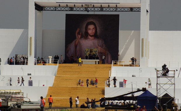 Od półtora miliona do 1 mln 800 tys. pielgrzymów spodziewają się organizatorzy ŚDM na niedzielnych uroczystościach z papieżem Franciszkiem w Campusie Misericordiae w Brzegach. Jednocześnie dementują informacje, że miejsce uroczystości mogłoby zostać zmienione na krakowskie Błonia.