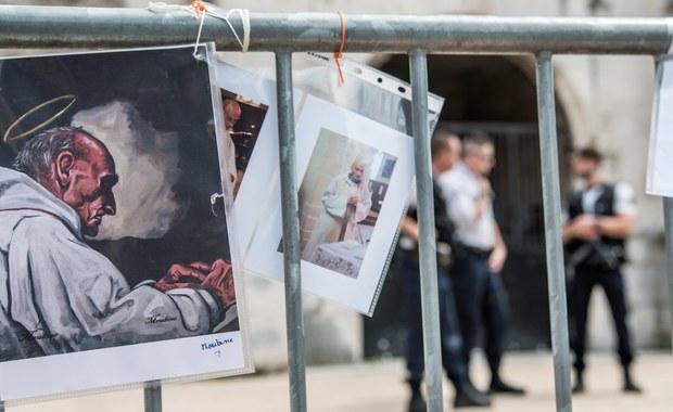 Syryjski uchodźca przebywający w ośrodku dla oczekujących na azyl w środkowej Francji został zatrzymany w ramach śledztwa po wtorkowym ataku dżihadystów na kościół w Normandii, w którym zginął ksiądz - podała w piątek AFP. W sumie zatrzymane są trzy osoby.