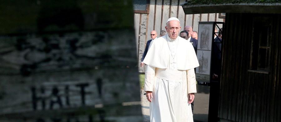 """Ta cisza była wzruszająca, przejmująca, a dla mnie osobiście święta - mówi Judyta Syrek pisarka, dziennikarka, Stacja7 komentując wizytę papieża w obozie w Auschwitz. Pytana, czy młodzież, która przyjechała na ŚDM cieszyć się i radować, zrozumie ten gest - stwierdza: """"Jak najbardziej. Dlatego, że ten papież porwał ich serca autentycznością i ten gest również jest bardzo autentyczny."""""""