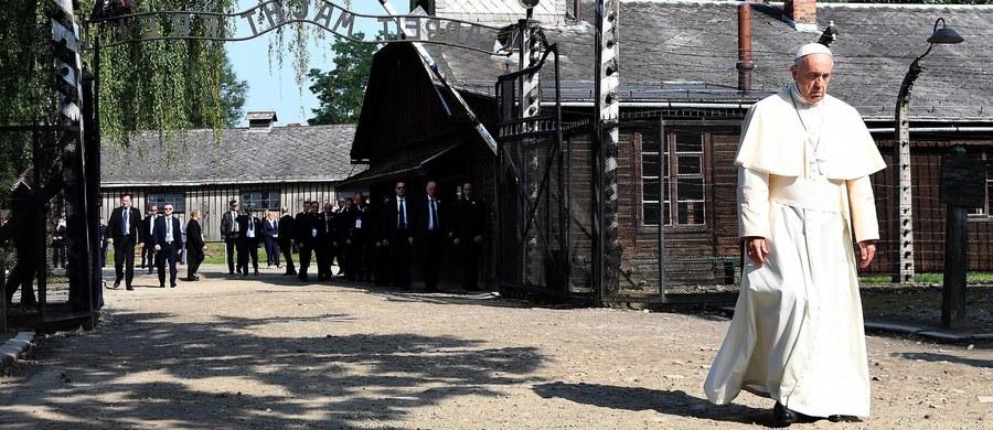 """Franciszek to trzeci po Janie Pawle II i Benedykcie XVI papież, który odwiedza niesławny obóz zagłady Auschwitz-Birkenau, pierwszy jednak, którego obecność nie ma oczywistego kontekstu jego własnych losów - pisze w portalu """"Crux"""" ceniony watykanista, John L. Allen Jr. Jego zdaniem, to potwierdza, że pamięć o Auschwitz nie dotyczy już konkretnych papieży, ale całego Kościoła katolickiego. Wydaje się jasne, że każdy przyszły papież, który odwiedzi Polskę - a trudno sobie wyobrazić, by nie odwiedził - pojedzie do Auschwitz-Birkenau, by dać tej pamięci wyraz."""