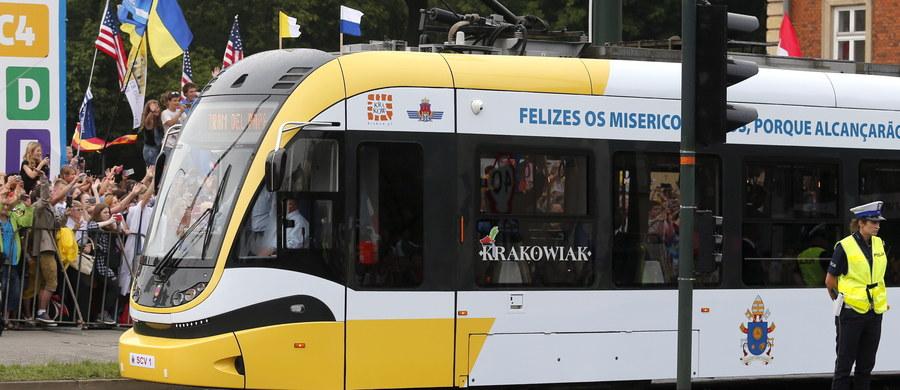 Papal tram - Tramwaj Papieski wyjechał w piątek po południu na ulice Krakowa. Kursuje na linii nr 8. Papież Franciszek jechał nim w czwartek z krakowskiej kurii na Błonia.