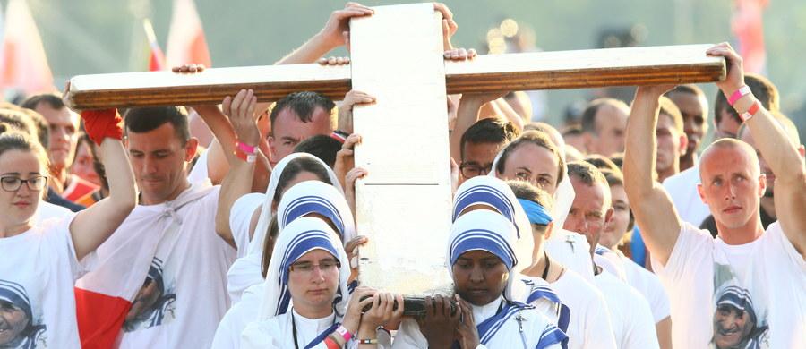 Papież Franciszek wziął udział w Drodze Krzyżowej na Błoniach. Wyznaczyły je żywe, kilkumetrowe dęby, przy których były tablice z nazwą stacji i przypisane im uczynki miłosierdzia.