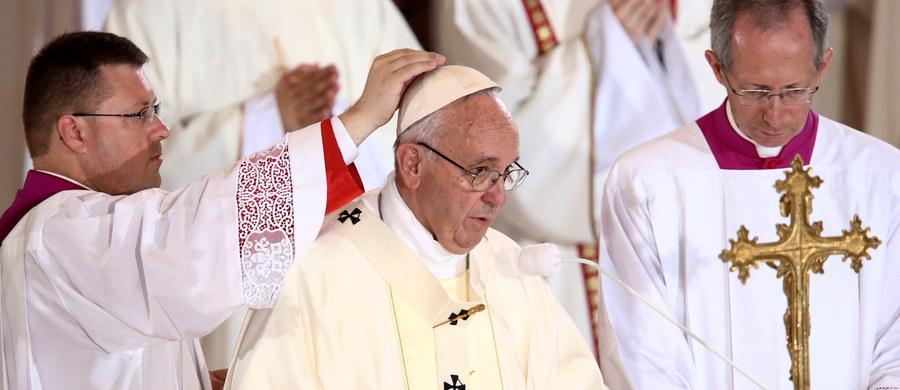 """""""Jezus od samego początku pragnie, aby Kościół wychodził, aby szedł do świata. Chce, aby to czynił tak, jak On sam tego dokonał: nie jako potężny, ale w postaci sługi, nie aby Mu służono, lecz żeby służyć"""" - mówił papież Franciszek w homilii podczas mszy w Centrum św. Jana Pawła II. Papież Franciszek odwiedził dwa krakowskie sanktuaria – Bożego Miłosierdzia i św. Jana Pawła II. Wieczorem podczas Czuwania Modlitewnego w Brzegach będzie przekonywał młodych, że warto iść za przykładem św. Faustyny i św. Jana Pawła II."""