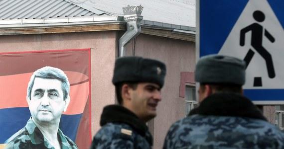 """Uzbrojeni mężczyźni, którzy od dwóch tygodni okupowali posterunek w Erywaniu, poddali się w niedzielę - poinformowała armeńska policja. Aresztowano 20 osób, które służby nazywają """"terrorystami. """"Antyterrorystyczna operacja sił bezpieczeństwa została zakończona, a członkowie grupy zbrojnej złożyli broń i się poddali. 20 terrorystów aresztowano"""" - twierdzi Państwowa Służba Bezpieczeństwa Armenii. Teren komisariatu jest całkowicie wolny."""