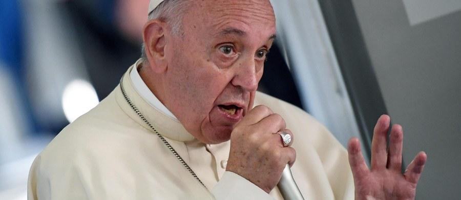 """Papież Franciszek powiedział dziennikarzom na pokładzie samolotu w drodze powrotnej z Krakowa do Rzymu, że Polska jest """"piękna i specjalna"""", a witający go Polacy byli pełni entuzjazmu. """"Nie lubię, kiedy mówi się, że młodzi mówią głupoty, bo my też dużo ich mówimy. Młodzi ludzie mówią głupoty i rzeczy dobre, tak jak wszyscy. Trzeba ich słuchać, rozmawiać; bez postawy zamknięcia, cenzury"""" – stwierdził."""