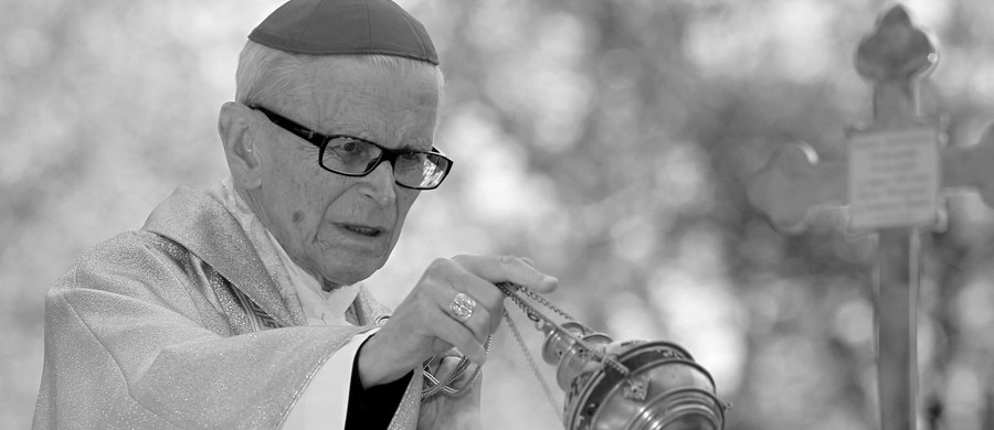 W wieku 89 lat zmarł kardynał Franciszek Macharski – metropolita krakowski w latach 1979-2005. Informację przekazał ks. Piotr Studnicki z Archidiecezji Krakowskiej. Pogrzeb kardynała Macharskiego odbędzie się 4 sierpnia w kościele Franciszkanów w Krakowie. Ceremonia będzie dwudniowa. W czwartek, po uroczystej mszy, kondukt żałobny przejdzie na Wawel. Dzień później w wawelskiej katedrze odbędzie się msza. Zmarły kardynał spocznie w krypcie na Wawelu obok kardynała Adama Sapiehy.