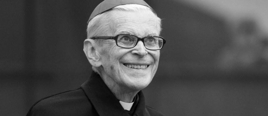 """""""Odszedł człowiek, który zapisał wiele stron w historii Krakowa i Kościoła. W Konferencji Episkopatu Polski, w której przez wiele lat uczestniczyłem, był człowiekiem ostatniego ratunku. Kiedy się toczyła jakaś dyskusja i zaklinczowała się albo szła w złym kierunku to znalazł się zawsze Franciszek. Wstawał spokojnie, zupełnie roztropnie rozstrzygał te sprawy albo gasił pożary..."""" - mówił o kardynale Franciszku Macharskim sekretarz generalny Konferencji Episkopatu Polski, biskup Tadeusz Pieronek. Duchowny komentował również wizytę papieża Franciszka, który w czasie trwania Światowych Dni Młodzieży odwiedził kardynała w szpitalu."""