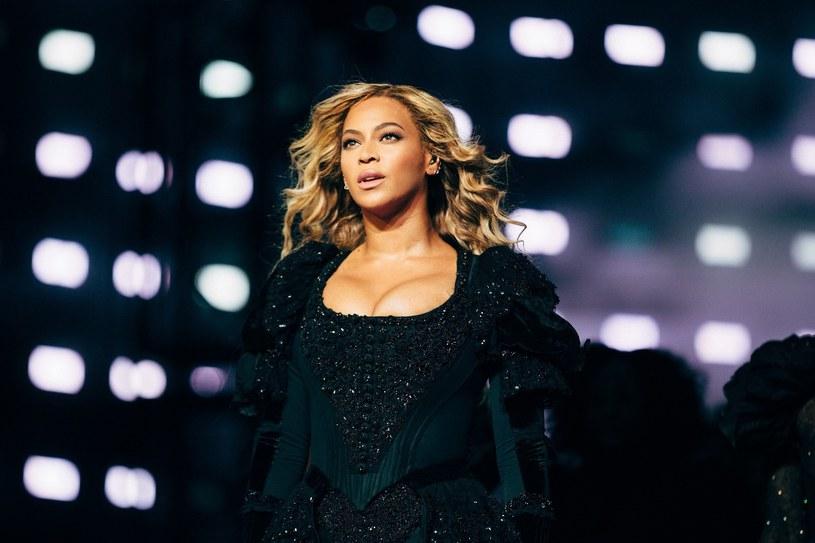 W brazylijskich mediach społecznościowych stworzono teorię, według której Beyonce porwała australijską wokalistkę Się Furler i przetrzymuje ją jako zakładniczkę w swojej posiadłości, aby ta pisała dla niej teksty piosenek.
