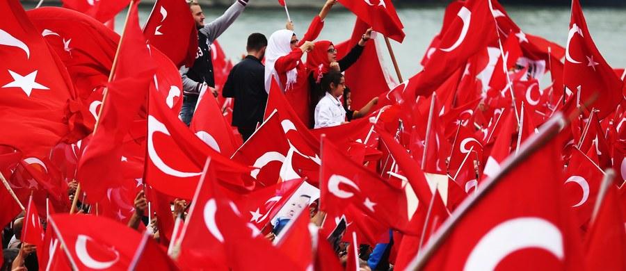 """Scenariusz nieudanego zamachu stanu w Turcji """"był pisany za granicą"""" - oświadczył turecki prezydent Recep Tayyip Erdogan. W czasie przemówienia w Ankarze oskarżył Zachód o """"wspierania terroryzmu"""" i spiskowców."""