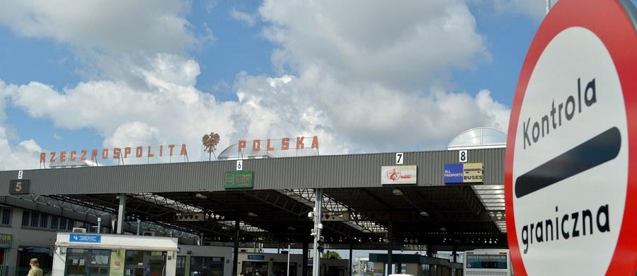 """Od środy Polska przywraca mały ruch graniczny z Ukrainą - poinformował wiceszef MSWiA Jarosław Zieliński. Nie ma takiej decyzji przypadku Rosji, gdyż """"nie ustały przyczyny związane z naszym bezpieczeństwem"""", które były powodem jego zawieszenia w obwodzie kaliningradzkim - dodał."""