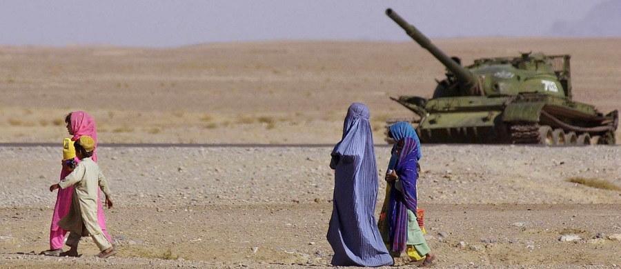 Dwunastoosobowa grupa zachodnich turystów została w czwartek zaatakowana w prowincji Herat na zachodzie Afganistanu - poinformowały miejscowe władze i wojsko. Lekko rannych jest sześciu turystów i kierowca pojazdu, którym podróżowali. W skład grupy wchodzili: Brytyjczycy, Amerykanie i Niemiec.