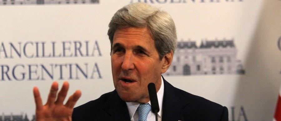 """Sekretarz stanu USA John Kerry odpierał zarzuty Republikanów dotyczące rzekomego okupu wypłaconego Iranowi przez USA w zamian za uwolnienie czterech Amerykanów aresztowanych pod nieprawdziwymi zarzutami. """"USA nie płacą okupów"""" - oświadczył."""