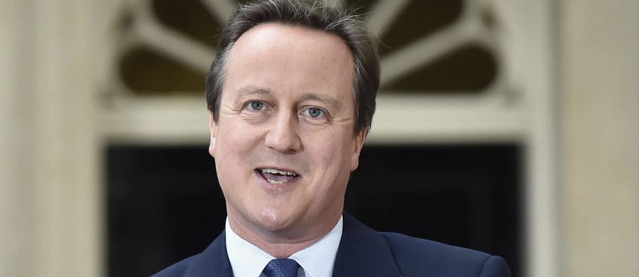 Każdy odchodzący ze stanowiska brytyjski premier ma prawo nagrodzić swych współpracowników. Nie często jednak lista szlacheckich tytułów i przyznawanych z tej okazji imperialnych orderów jest tak kontrowersyjna jak ta, którą przedstawił właśnie David Cameron. Najpierw zwołał referendum, następnie stanął na czele kampanii za pozostaniem w Unii Europejskiej, po czym przegrał z kretesem. Teraz postanowił nagrodzić tytułami ludzi, którzy kolektywnie są autorami tej klęski. Oficjalnie zaszczyty te przyznaje królowa. Robi to jednak pod wyraźne dyktando premiera. Tytuły Sirów i szlachetnych Lordów budzić powinny powszechny szacunek i uznanie. Tym razem mogą pozostawić niesmak.