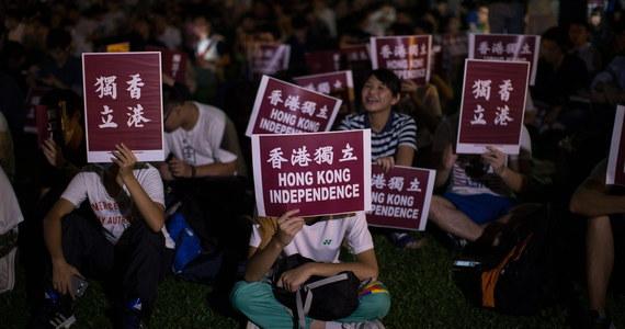 Pierwsza manifestacja na rzecz niepodległości Hongkongu, z udziałem tysięcy ludzi, w tym niedopuszczonych do wyborów parlamentarnych działaczy niepodległościowych, odbyła się w piątek w parku niedaleko siedziby władz regionu - podała AFP.