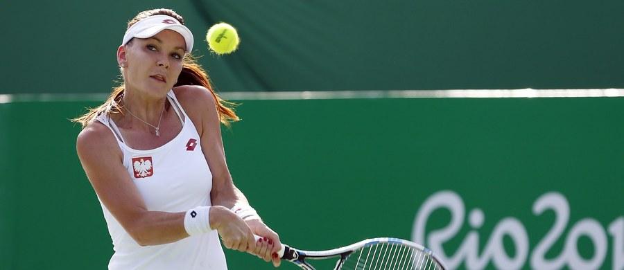 """Rozstawiona z """"czwórką"""" Agnieszka Radwańska odpadła w pierwszej rundzie olimpijskiego turnieju tenisistek w Rio de Janeiro. Polka przegrała z Chinką Saisai Zheng 4:6, 5:7."""