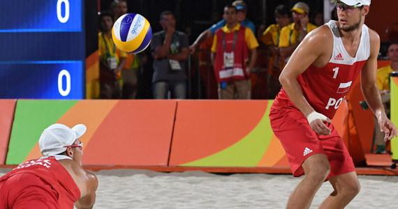 Piotr Kantor (MKS Dąbrowa Górnicza) i Bartosz Łosiak (KS Jastrzębie) od zwycięstwa rozpoczęli występ w grupie B turnieju olimpijskiego siatkarzy plażowych w Rio de Janeiro. W sobotę pokonali Niemców Markusa Boeckermanna i Larsa Flueggena 2:0 (21:11, 23:21).