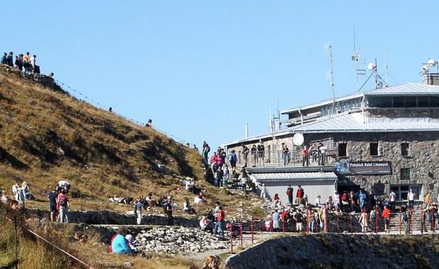 Tłumy w Tatrach. Słoneczna i ciepła pogoda sprawia, że po tatrzańskich szlakach wędruje bardzo wielu turystów. Na uczęszczanych szlakach tworzą się kolejki oczekujących do wejścia na szczyt.