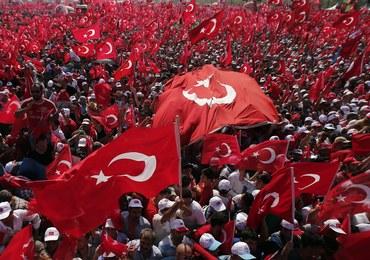 """""""Erdoganie, jesteś darem od Boga!"""" Ponad milion manifestantów na ulicach Stambułu"""