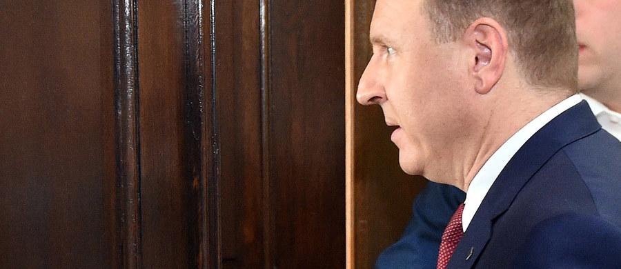 """""""Ja odpowiadam za realne zmiany w TVP, odbudowę telewizji publicznej z prawdziwego zdarzenia. Lepiej czy gorzej, to jednak to robię. Pan poseł Krzysztof Czabański odpowiadał za zabezpieczenia finansowe dla mediów publicznych i przygotowanie ustawy, która pozwoliłaby na głębokie zmiany kadrowe. Wciąż na to czekamy"""" – mówi Jacek Kurski w wywiadzie udzielonym Michałowi i Jackowi Karnowskiemu w tygodniku """"wSieci""""."""