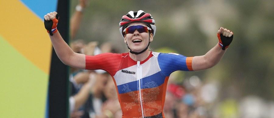 Holenderka Anna van der Breggen zdobyła złoty medal olimpijski w wyścigu kolarskim ze startu wspólnego. Szóste miejsce zajęła Katarzyna Niewiadoma. Bardzo groźny wypadek w końcówce rywalizacji miała inna Holenderka Annemiek van Vleuten.