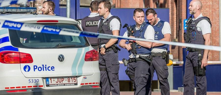 """Algierczyk, który w sobotę zaatakował dwie policjantki przed komisariatem w Charleroi, był objęty nakazem wydalenia z Belgii z powodu przestępstw pospolitych, jakich dopuścił się na jej terytorium - podał w poniedziałek belgijski dziennik """"Le Soir"""". Władze podały tożsamość napastnika - był to 33-letni Chalid Babburi mieszkający nielegalnie w Belgii od 2012 r. Został na miejscu zabity przez policję."""
