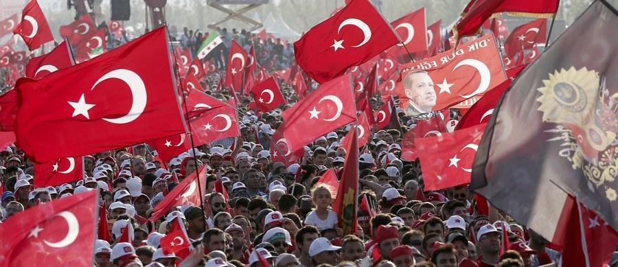 Wicepremier Turcji Numan Kurtulmus poinformował, że 10 cudzoziemców zatrzymano z powodu rzekomych związków z mieszkającym w USA muzułmańskim kaznodzieją Fethullahem Gulenem. Ankara oskarża go o inspirowanie lipcowej próby zamachu stanu.