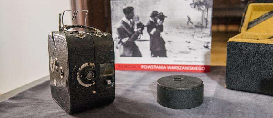Dwie kamery tego samego typu, jakich używali filmowcy podczas powstania warszawskiego zostały przekazane do Muzeum Powstania Warszawskiego przez filmowca Andrzeja Żydaczewskiego. Dyrektor Muzeum Powstania Warszawskiego Jan Ołdakowski, obiecał, że nie skończą one jako zakurzone eksponaty na muzealnych półkach.