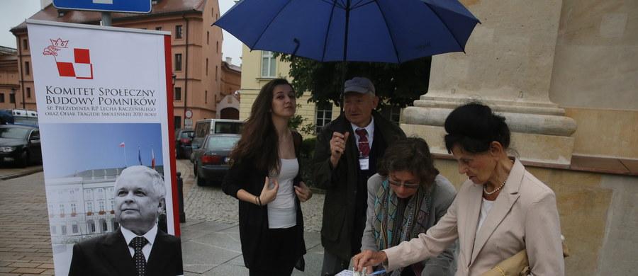 Przed Kościołem Seminaryjnym przy Krakowskim Przedmieściu w Warszawie rozpoczęła się zbiórka publiczna na budowę pomników: Ofiar Tragedii Smoleńskiej oraz prezydenta RP Lecha Kaczyńskiego.